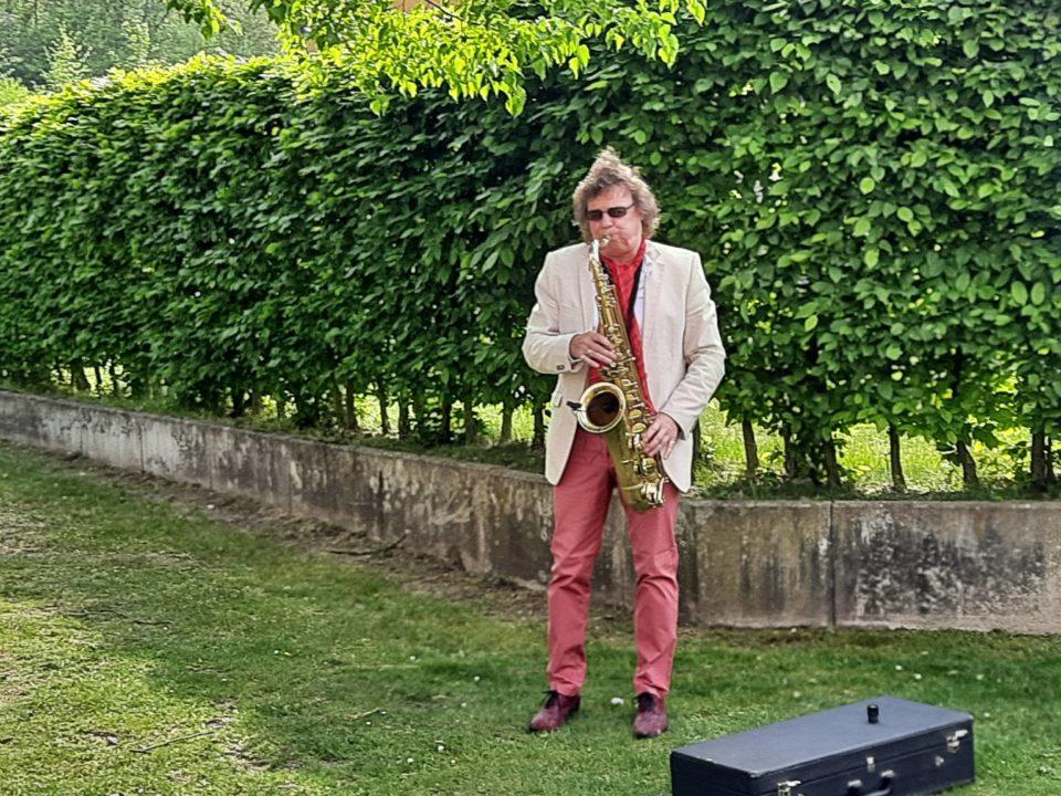 """Voll in seinem Element: Musiker Ricky Kunze trat in den Essener Paulinum-Einrichtungen """"In Haarzopf"""" und """"An der Wickenburg"""" auf."""