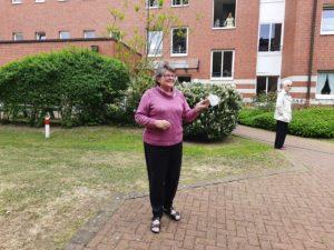 """Bewohnerin Helene Przystupa tanzte sichtlich vergnügt im Innenhof des Paulinums """"In Haarzopf"""" zur Musik von Ricky Kunze"""