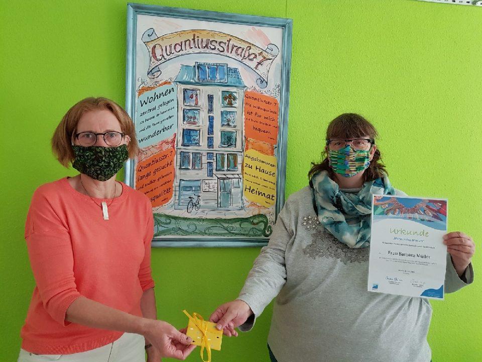 Sahle Wohnen-Mieterin Barbara Müller (r.) freute sich über die von Parea-Mitarbeiterin Cornelia Giesecke-Fausten überreichte Urkunde und einen Amazon-Gutschein.