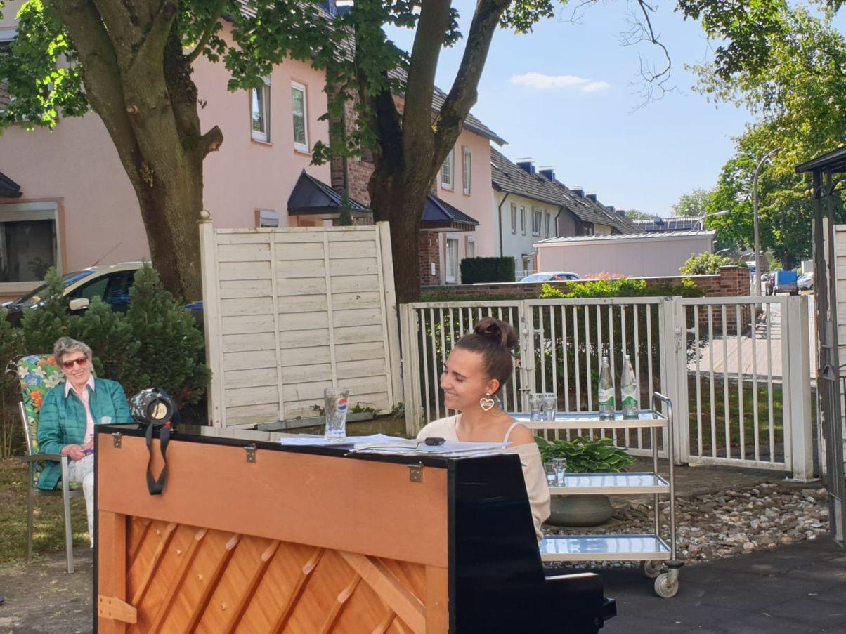 Frühlingskonzert in Dorsten: Die junge Opernsängerin Sophie Schwerthöffer gab ein kleines Konzert für die Bewohner der Seniorenwohnanlage an der Juliusstraße. (Foto: Parea)