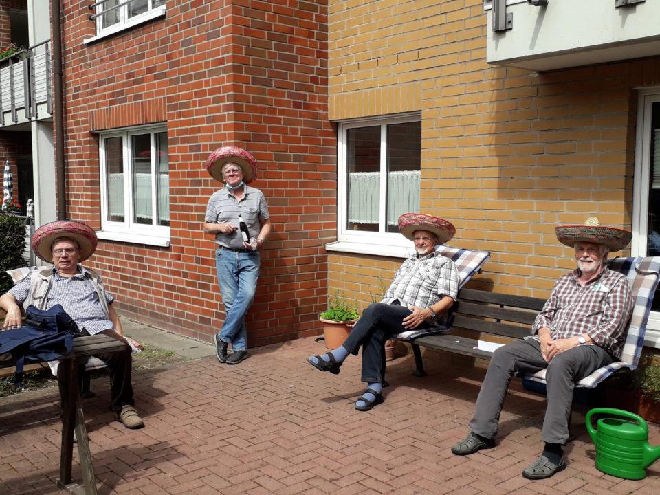 """Endlich wieder Stammtisch! Die Bewohner des Paulinums """"In der Weststadt"""" freuten sich sehr über das lang ersehnte erste Herren-Treffen seit Wochen."""