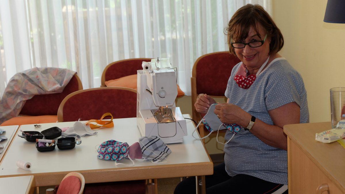 Voll in ihrem Element: Gisela Laab näht fleißig ehrenamtlich Atemschutzmasken für die Bewohner der Sahle Wohnanlage in Wuppertal-Vohwinkel.