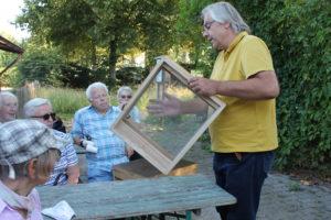 Imker Andreas Glienke (r.) erklärte den interessierten Besuchern viel Wissenswertes über Bienen und seine Arbeit als Imker.